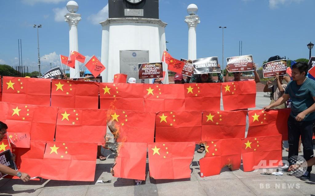 フィリピン首都で反中デモ、中国国旗燃やして沈没事故に抗議