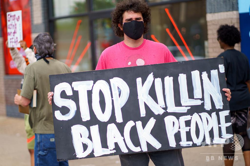 「息ができない…ママ」 警官に首押さえつけられ黒人男性死亡 米