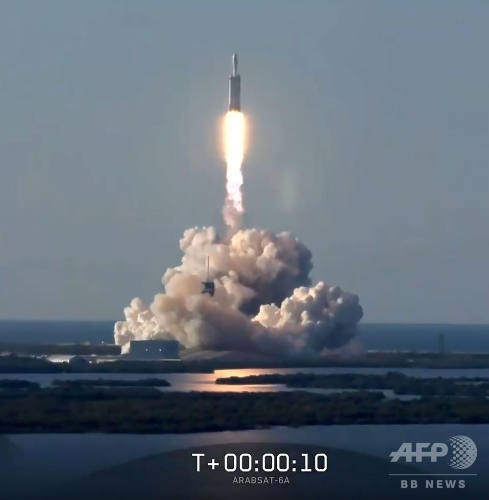 スペースXの最強ロケット「ファルコンヘビー」、初の商業打ち上げに成功