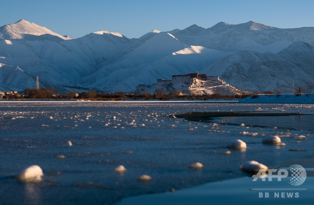雪山に映える夕日 チベット・ラサ