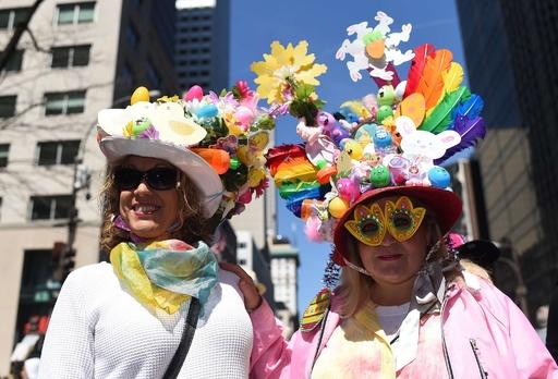 カラフルな帽子がたくさん、恒例のイースターパレード 米NY