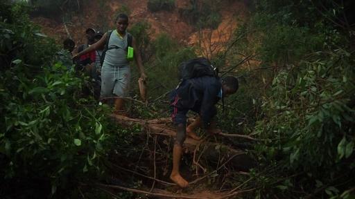 動画:サイクロン襲来のジンバブエ、生徒ら2日ぶりに救助 犠牲者埋葬も開始