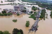 セルビアとボスニアの洪水、死者44人に 孤立した地域も