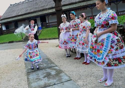 水を浴びせられる少女たち、復活祭の伝統 ハンガリー  写真拡大 ▲ キャプション表示 ×ハンガリ
