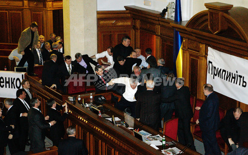 ウクライナ国営テレビ記者、ウサギ姿で国会に突撃