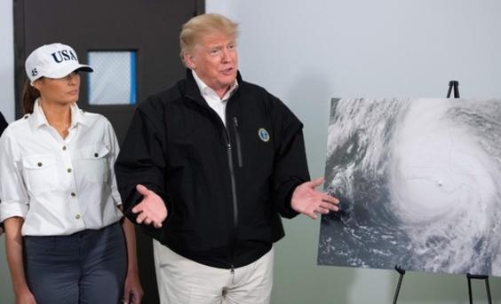 トランプ大統領、ハリケーン被災地を視察 気候変動には依然懐疑的?