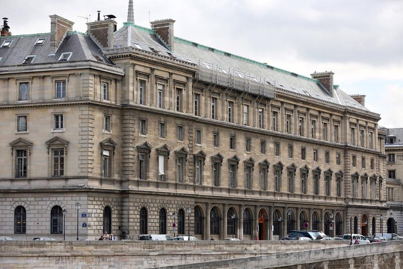 仏パリ警視庁内で観光客を性的暴...