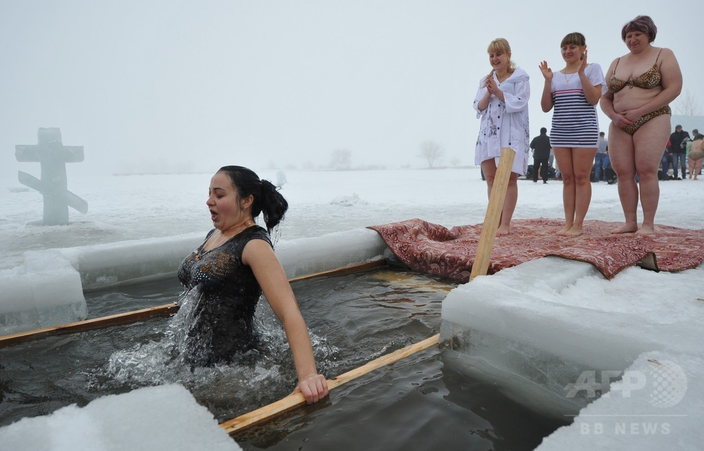 氷水にざぶん!ロシア正教の神現祭 キルギス