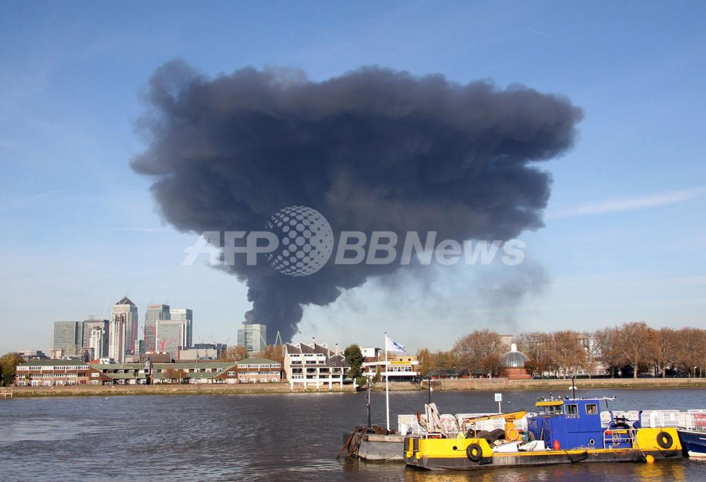 ロンドン東部で大規模な火災、市内上空に黒煙
