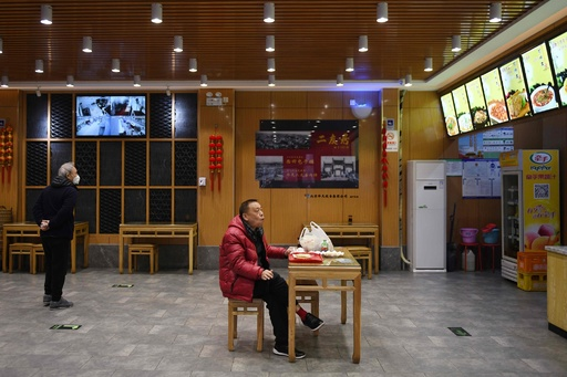 新型コロナウイルス、中国本土の死者2200人超に