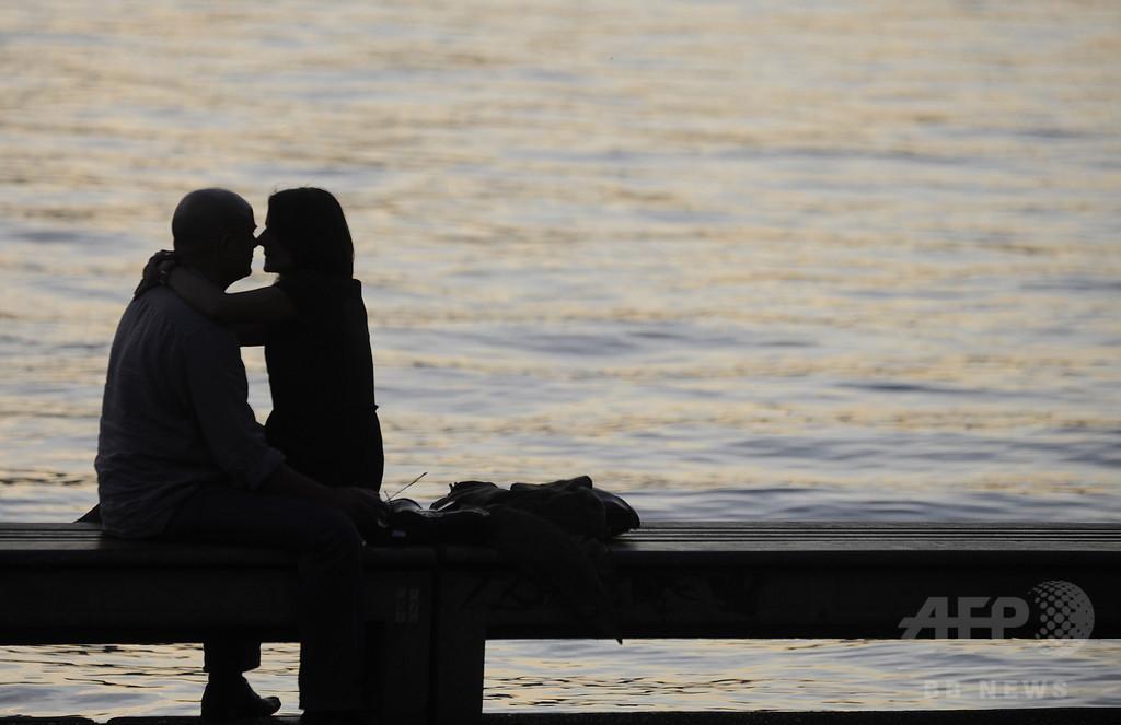 性生活、週1回で幸福なカップルに 研究