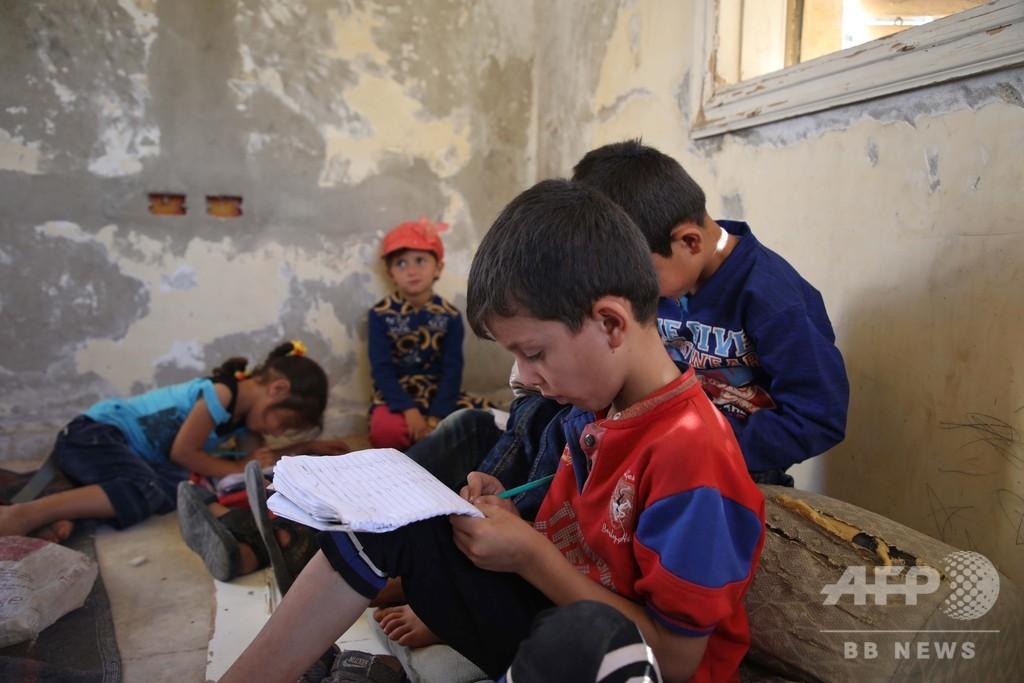 爆撃におびえながら床で勉強、反体制派支配地域の仮設学校 シリア