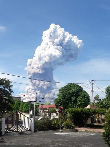 地震見舞われたスラウェシ島で噴火、被災地パルから約1000キロ