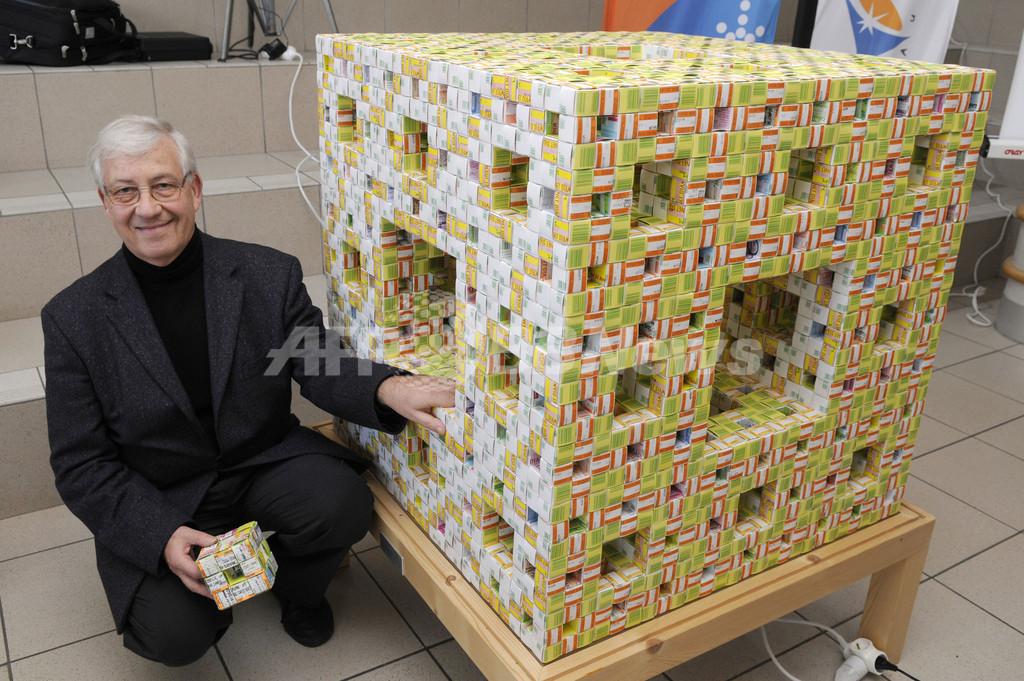 折り紙で立方体8000個、彫刻作品「メンガーのスポンジ」 フランス