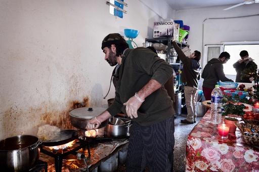 シリアを逃れたシェフ、ギリシャ難民キャンプで振る舞う故郷の味