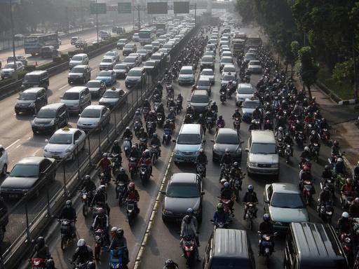渋滞都市ジャカルタ、ツイッターで情報共有や相乗り募集