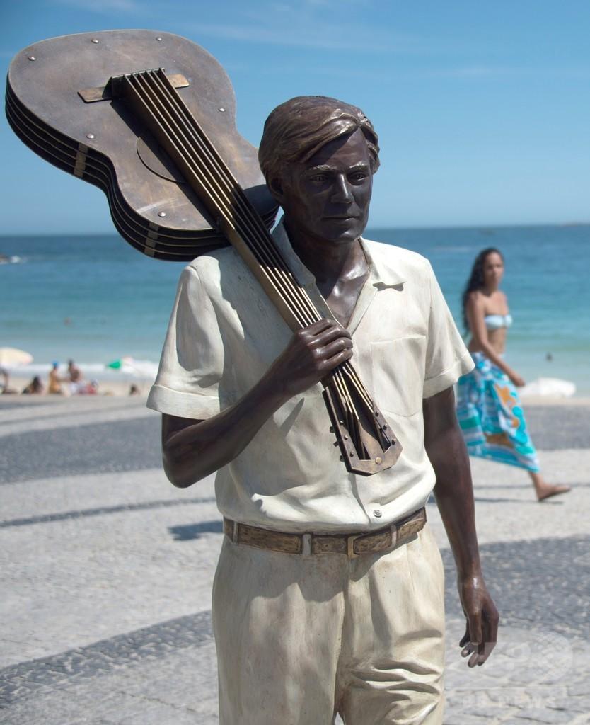 「イパネマの娘」作曲者の像、リオのビーチに完成 ブラジル