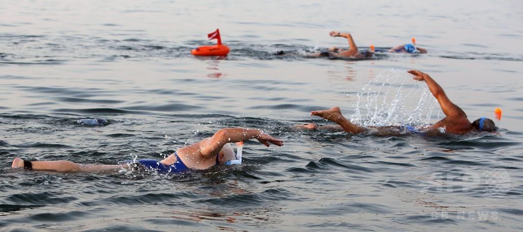 死海を泳いで横断、水位低下による消滅危機を啓蒙