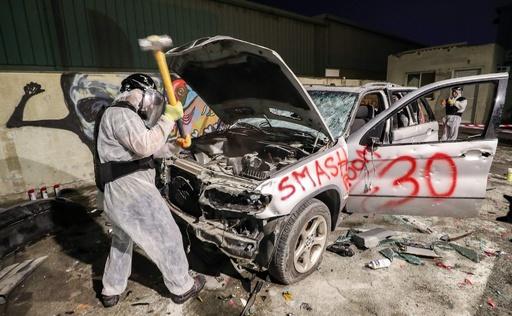 車を壊してストレス発散! ドバイの「破壊部屋」