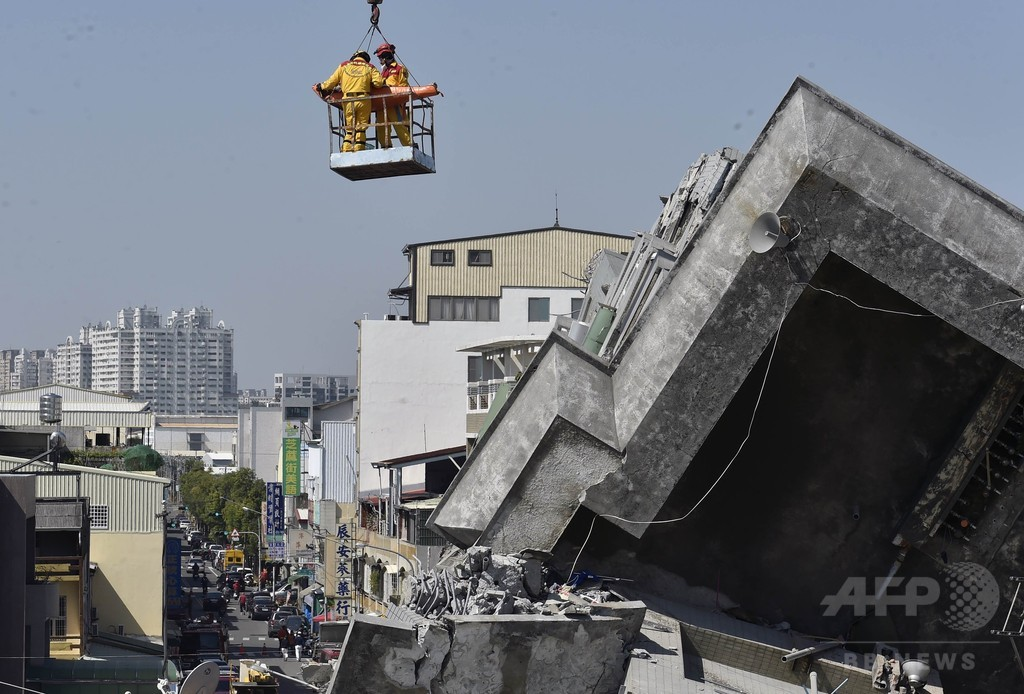 台湾地震、倒壊住宅から2人を救出