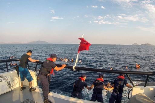 移民船が沈没、12人死亡 トルコ沖
