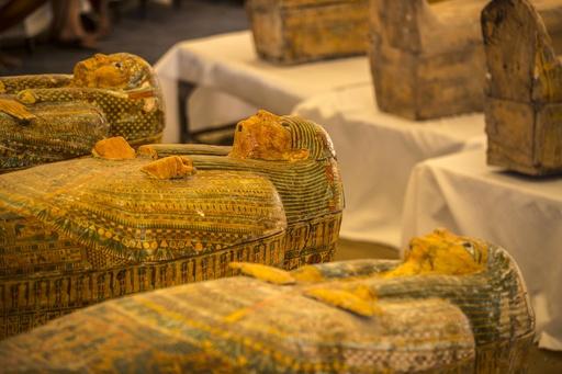 エジプト遺跡でひつぎ30個発掘、3000年を経ても色彩豊か