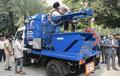 素手で下水管掃除し毎年数百人死亡…印NGOが事態打開の新兵器披露
