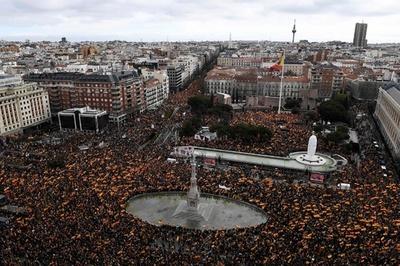スペイン首都で「20万人」デモ、右派呼び掛けで政府のカタルーニャ政策に抗議