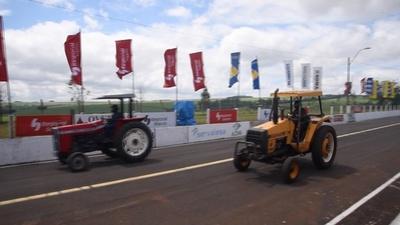 動画:トラクターレース、黒煙噴き上げ疾走 パラグアイ
