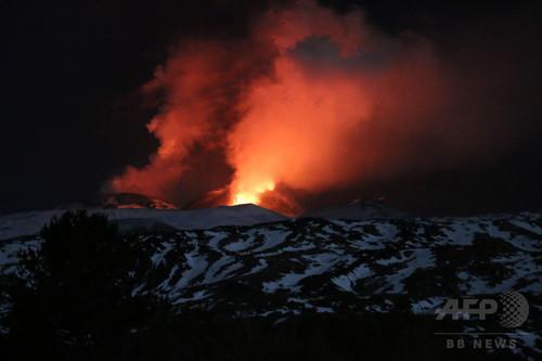 伊エトナ山が目前で噴火、BBC取材班ら10人負傷