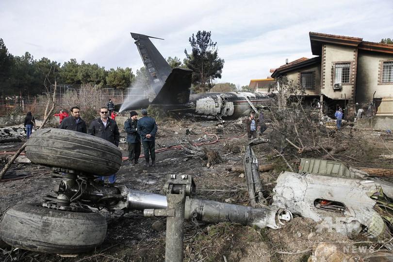 イラン軍輸送機、滑走路外れ建物に衝突・炎上 15人死亡