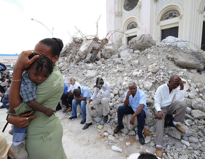 倒壊した教会そばで復活祭のミサ、復興祈る人びと ハイチ