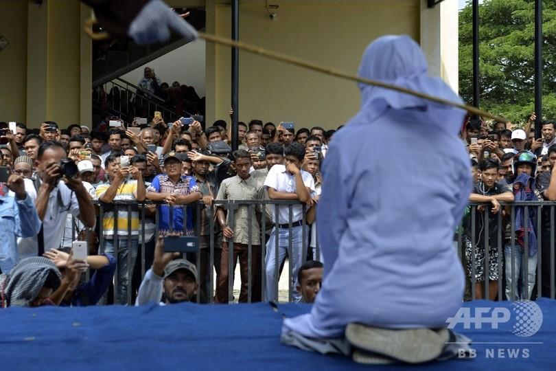 「公衆の面前で抱擁」10代男女を公開むち打ち インドネシア