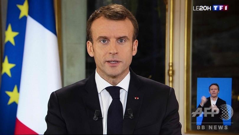 仏大統領、最低賃金引き上げを発表 デモ収束目指し演説