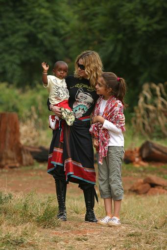 マドンナ、マラウィ再訪で地元から大歓迎 - マラウイ