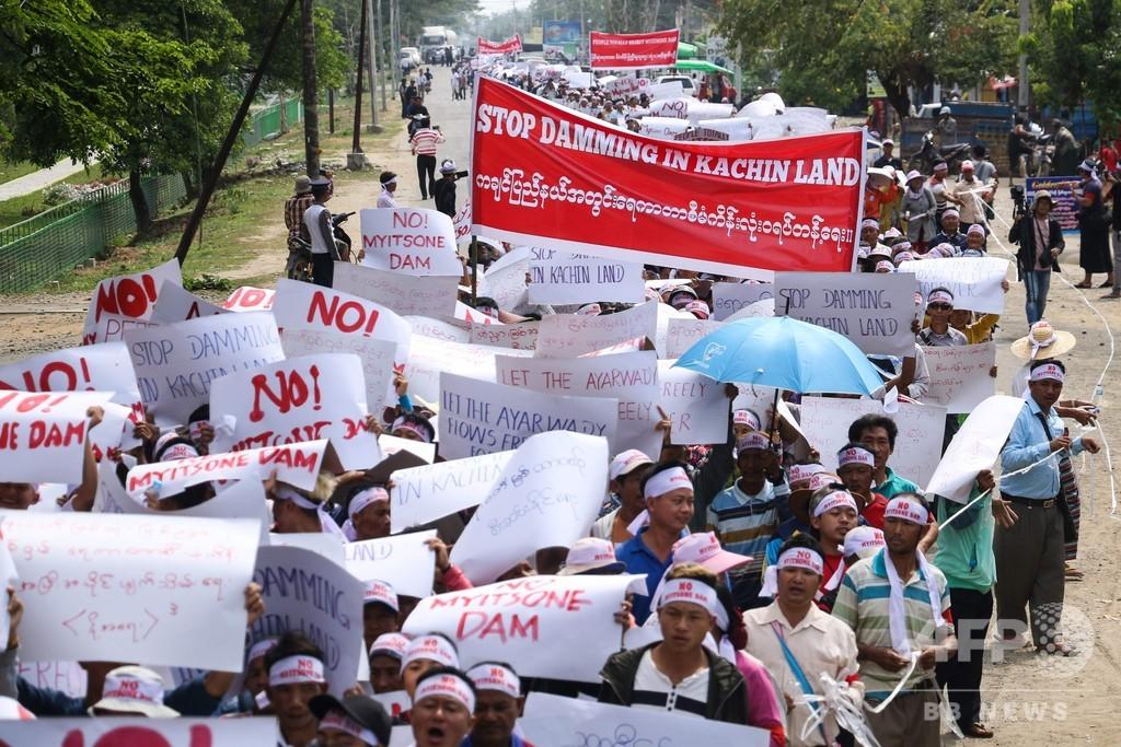 中国支援の巨大ダム、建設再開の動きに数千人が抗議 ミャンマー