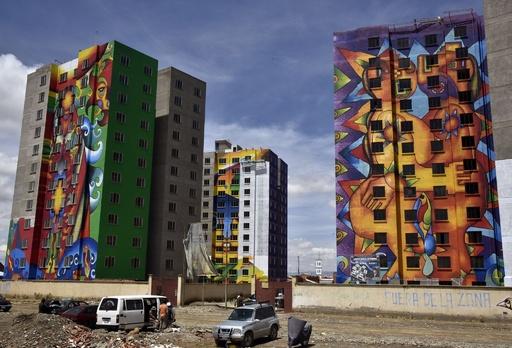 標高4000mのボリビアの都市、高層住宅色鮮やかに衣替え