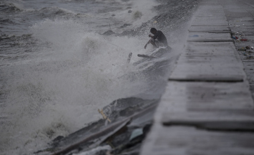 台風26号がフィリピン直撃、住民約1万人が避難