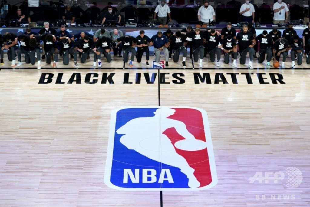 NBAが隔離環境下で再開、選手は試合前の国歌演奏で膝つき