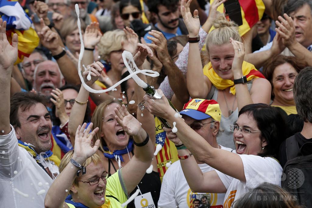 独立宣言、交錯する歓喜と不安 バルセロナ市民の声