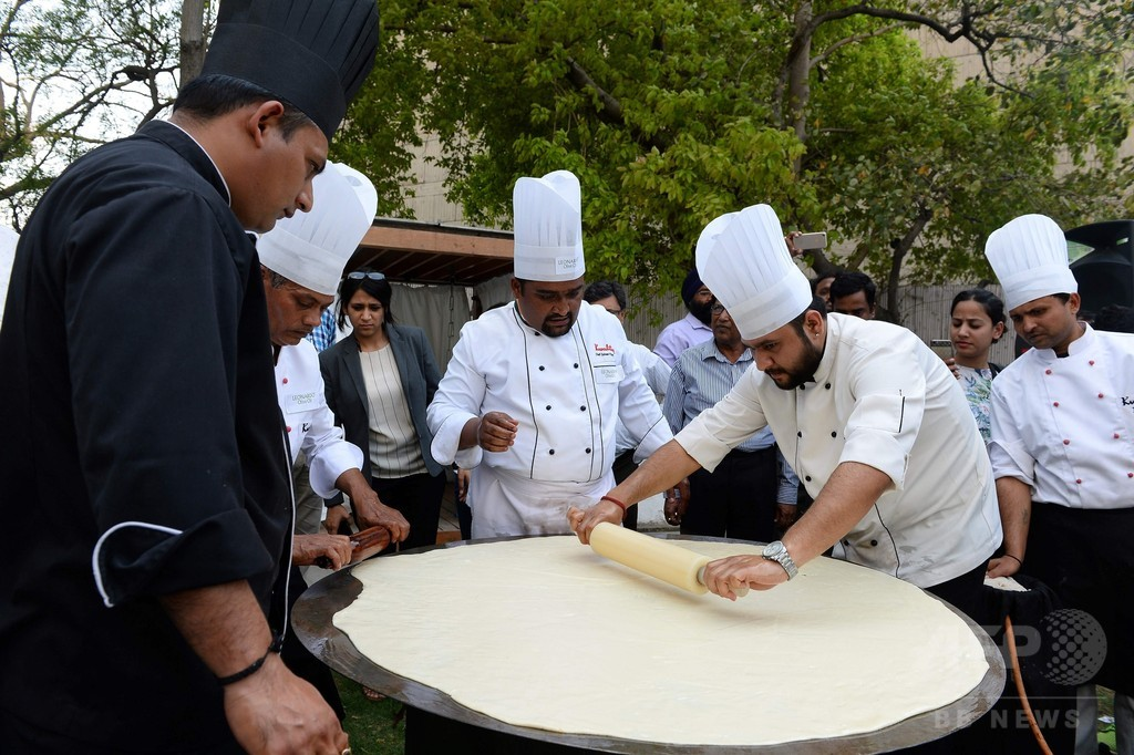 国内最大? 直径147センチの巨大揚げパン インド