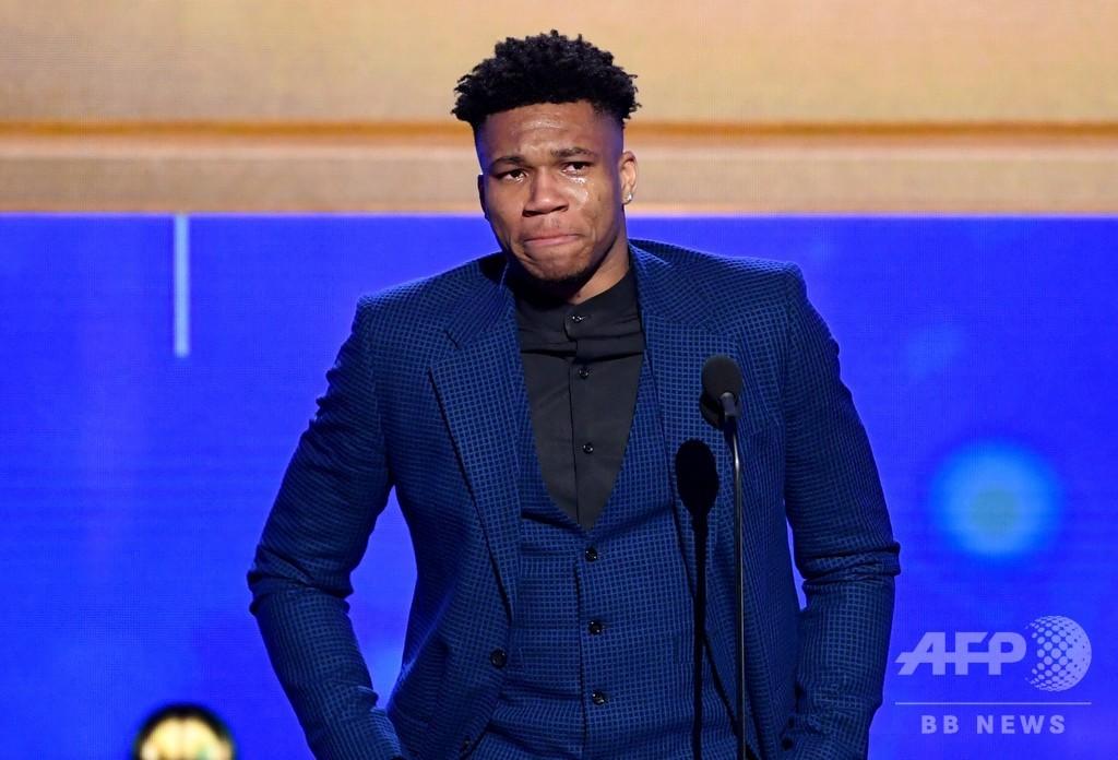 バックスのアデトクンポがMVP選出に涙、NBAシーズン表彰式