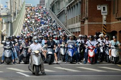 オートバイの洪水、朝のラッシュアワーの台北橋