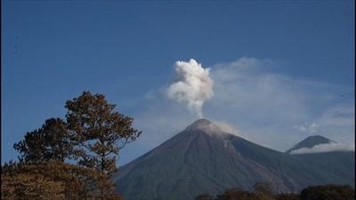 動画:グアテマラ火山噴火、立ち上る噴煙