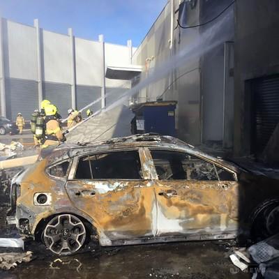 ショッピングセンターに小型機墜落、5人全員絶望 豪メルボルン近郊