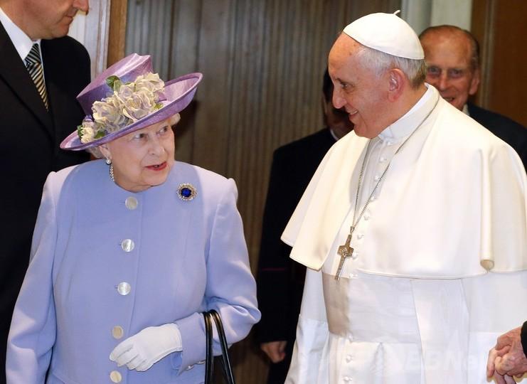 英女王、フランシスコ法王と初会談 ジョージ王子への贈り物も