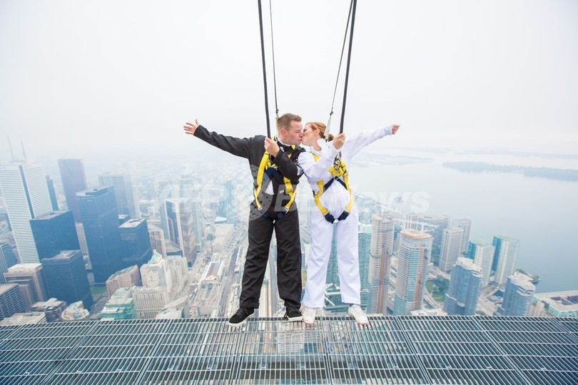 CNタワーで「ぶら下がり婚」、高さ356mで愛誓う カナダ