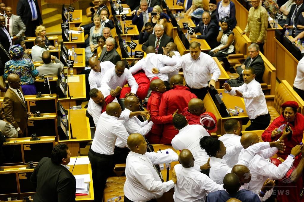 南ア議会で乱闘騒ぎ 大統領演説妨害の議員、警備員が強制排除