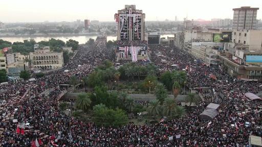 動画:イラク首都で抗議デモ、治安部隊と衝突 発生から1か月