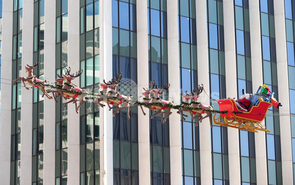 もしかして本物?オフィス街の空を駆けるサンタ 米国